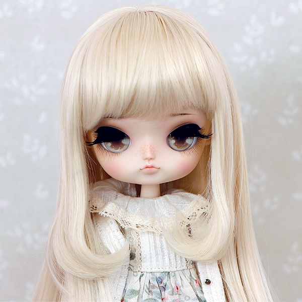 8-9 Medium Wig with curled strands - Soft Blond
